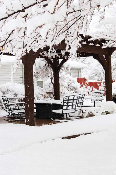 winter-snow-pergola-chairs