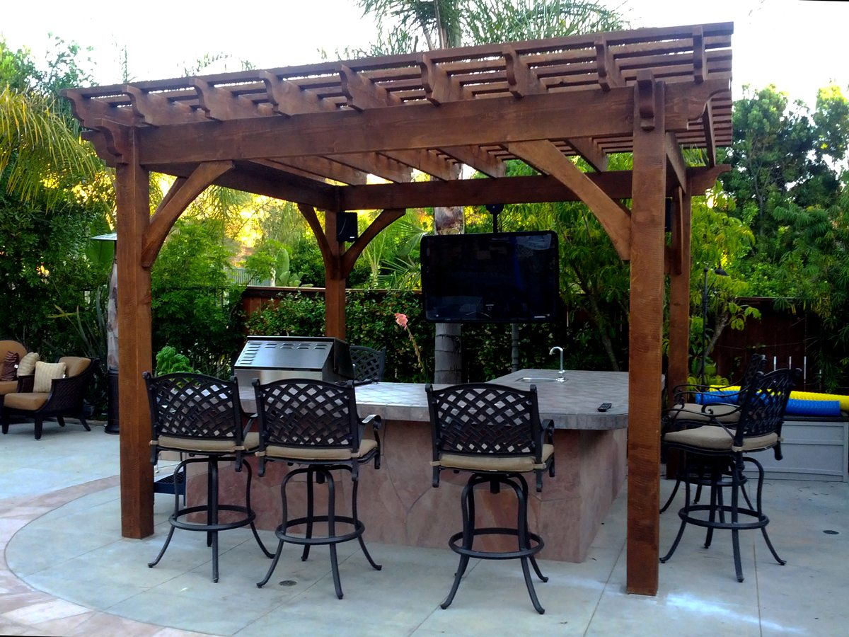 25 easy to do outdoor dining rooms western timber frame for Simple outdoor bar