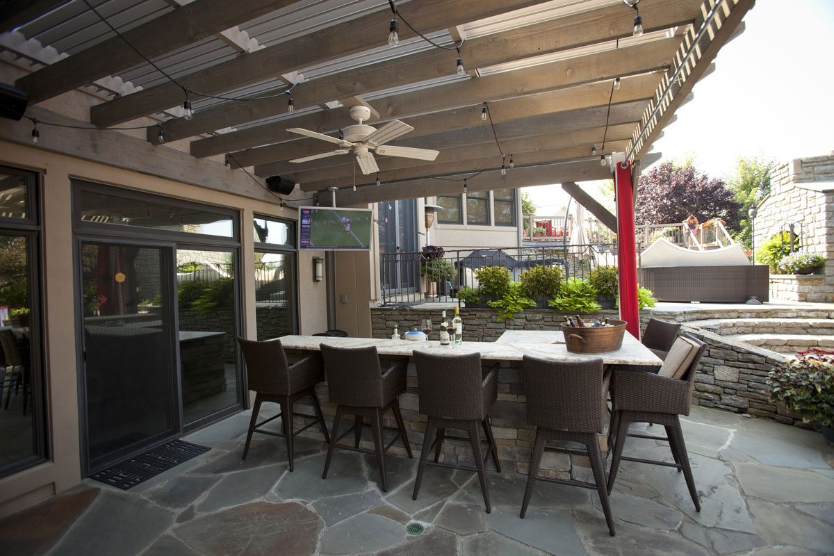 25 easy to do outdoor dining rooms western timber frame for Outdoor kitchen and dining